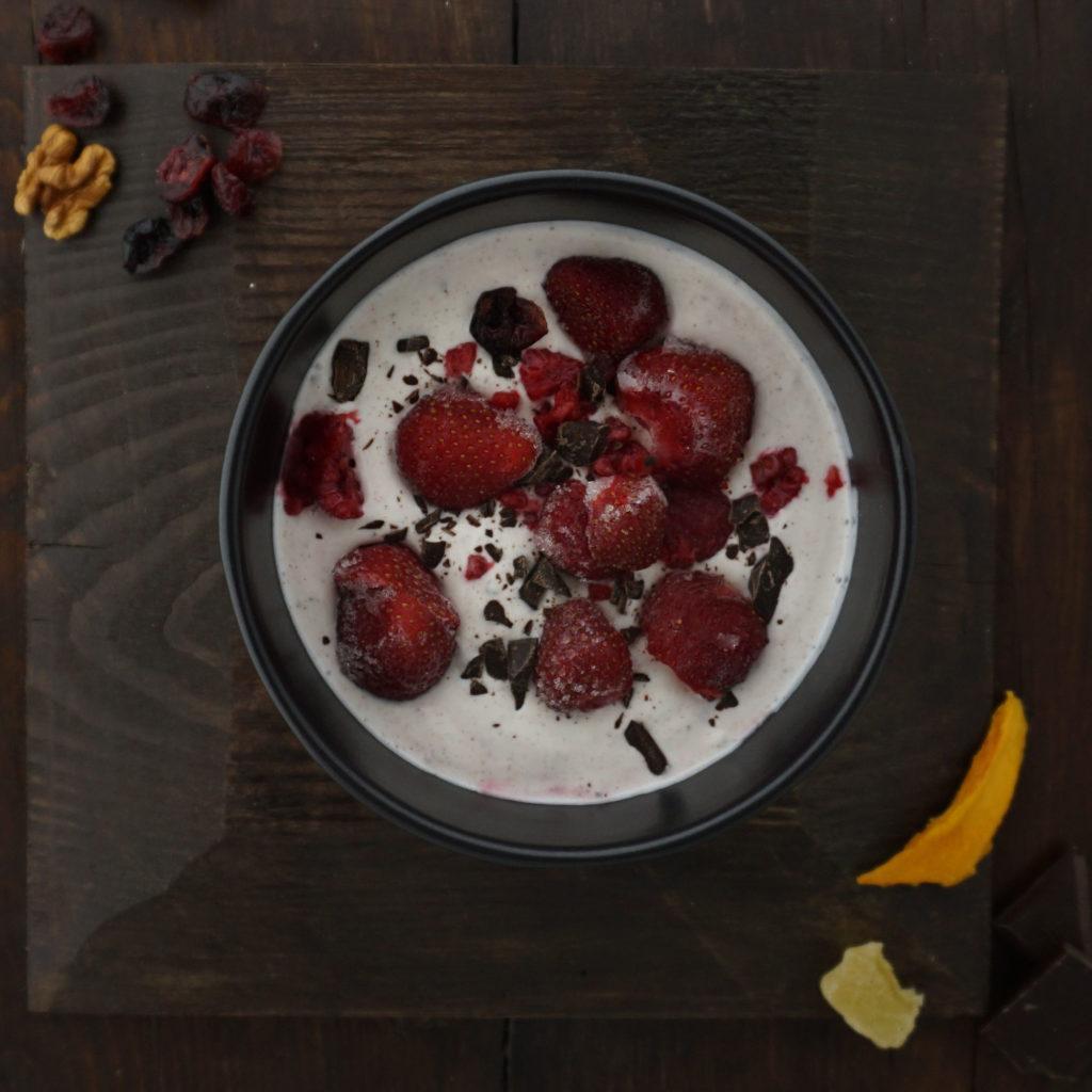 selbstgemacher joghurt-erdbeer-drink als proteinreicher snack