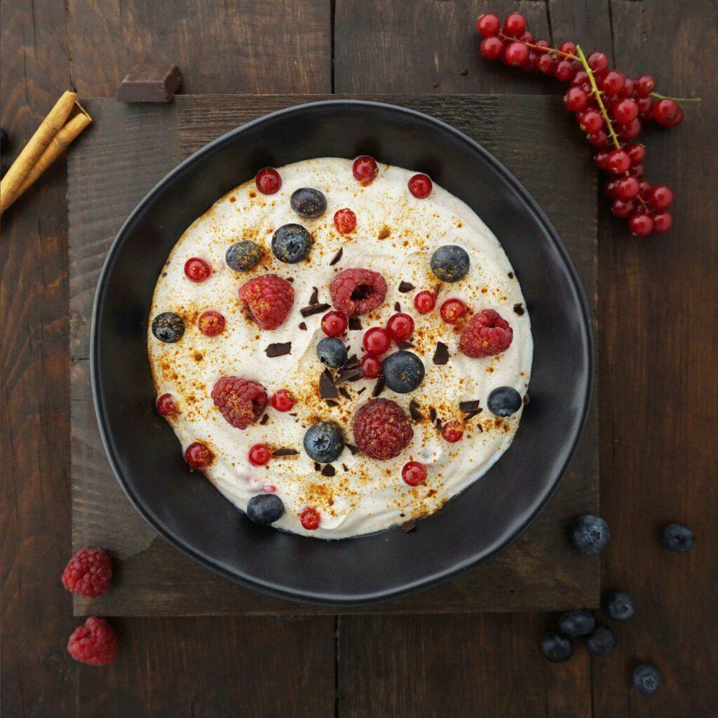 Quark-Rezept mit Beeren und Zartbitterschokolade bei Osteoporose