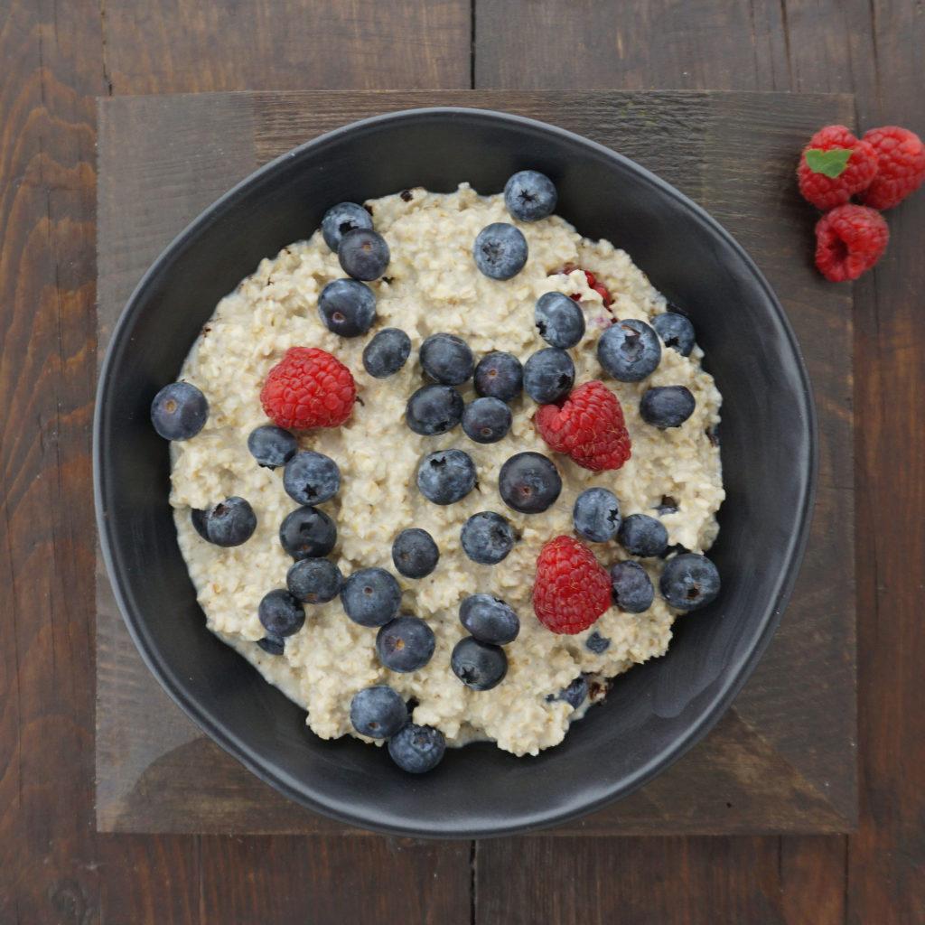 Rezept bei Osteoporose Porridge mit Waldbeeren